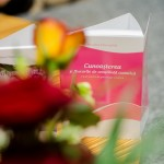 Carte și flori.